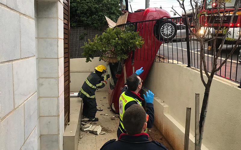 הרכב שהתהפך לתוך מרפסת ברחוב אלכסנדר ינאי (צילום: דוברות המשטרה)