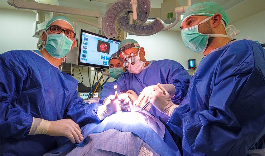 צוות רב תחומי של אף, אוזן וגרון ונוירוכירורגיה במהלך ניתוח (צילום: עופר גולן)