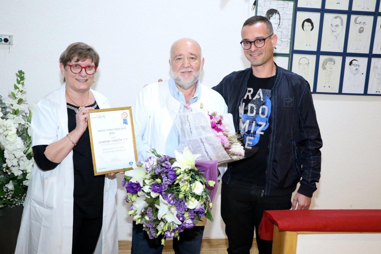 """ד""""ר אלכסנדר יוסיפופיץ' מקבל את הפרס (צילום: אלי דדון)"""