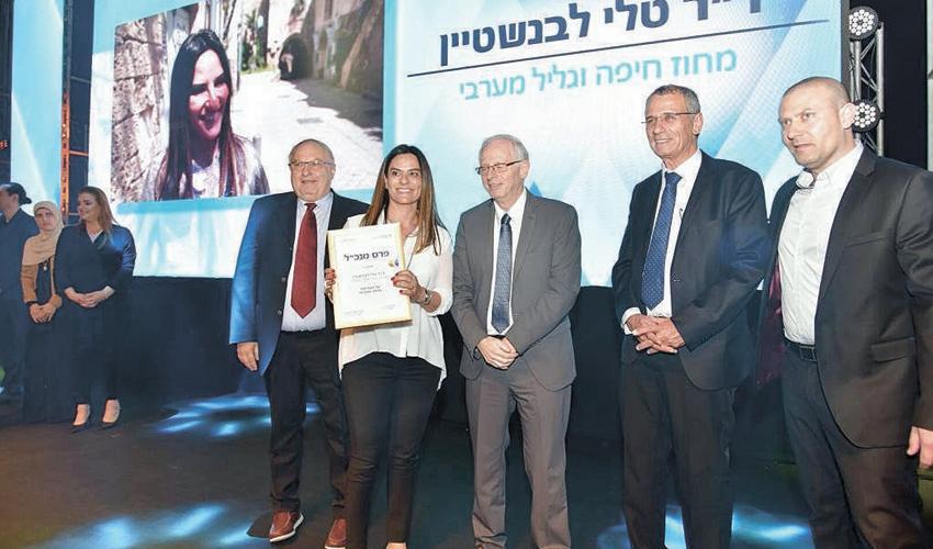 """ד""""ר טלי לבנשטיין מקבלת את פרס המנכל (צילום: דוד חורש, דוברות שירותי בריאות כללית)"""