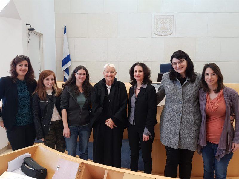 """תלמידי ביה""""ס לקרימינולוגיה בביקור בבית המשפט הקהילתי בבאר-שבע, יחד עם השופטת דרורה בית אור"""