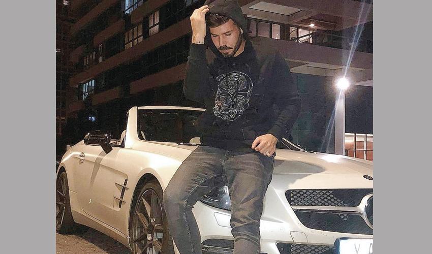 """יקיר עבאדי והמרצדס לפני התאונה. """"מה, אני אסע בקורקינט?"""" (צילום מתוך דף הפייסבוק של יקיר עבאדי)"""