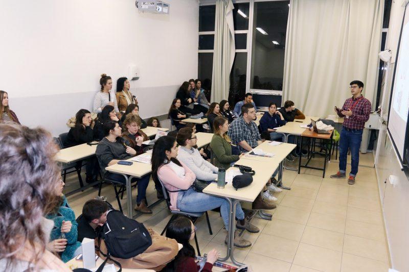 """ד""""ר אורי הרץ מרצה בפני כיתה. צילום: יניב קופל"""