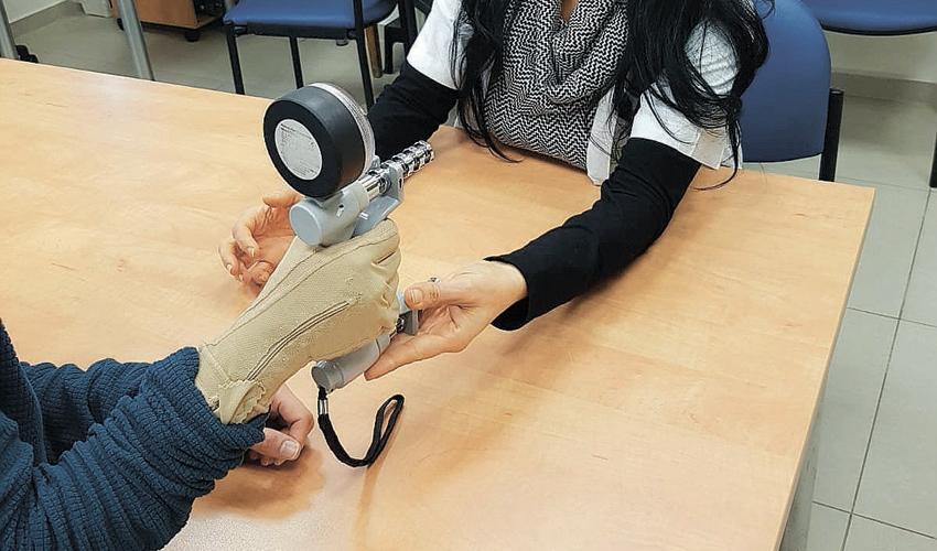 כפפת לחץ (צילום: דוברות שירותי בריאות כללית)