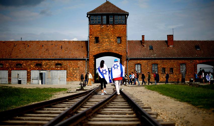 ישראלים באושוויץ (צילום: אי.פי)