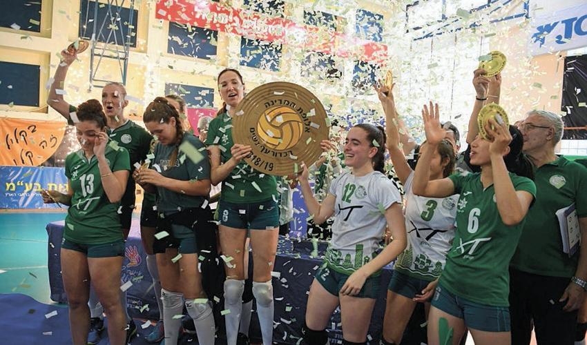 שחקניות מכבי XT חיפה בטקס הנפת הצלחת. תואר אחד לפחות בכל שנה