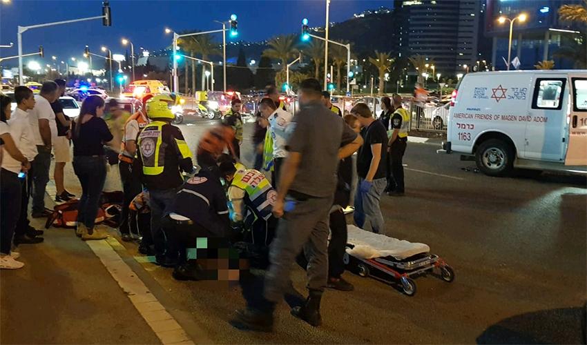 """זירת התאונה בין האופניים החשמליים לאופנוע (צילום: יהושע שוורץ, דוברות מד""""א)"""