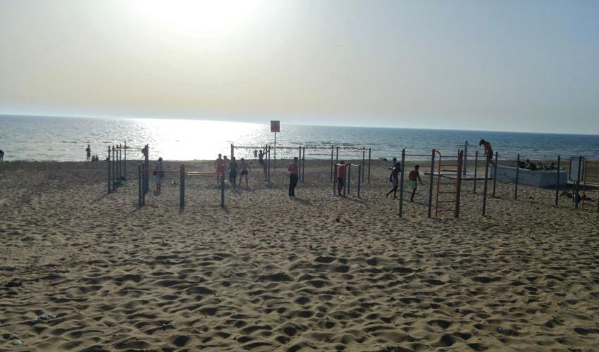 מתקני המתח בחוף הסטודנטים (צילום: אלה אהרונוב)