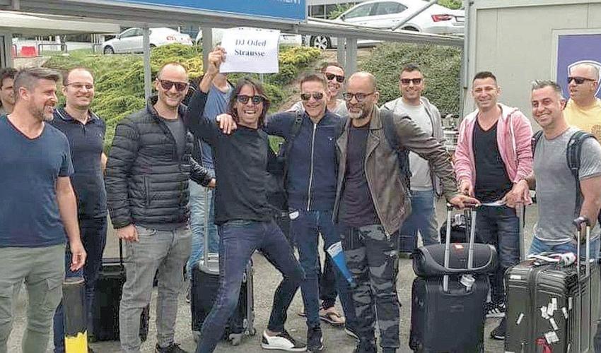 עודד שטראוס וחבריו בדרך למסיבת הרווקים. מה שקורה בבלגרד נשאר בבלגרד? (צילום מתוך חשבון הפייסבוק של עודד שטראוס)
