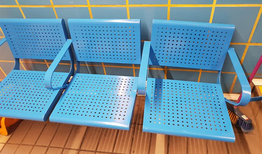 הספסלים המונגשים בתחנות הכרמלית
