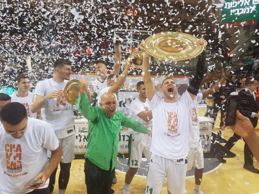 ווילי וורקמן מניף את צלחת האליפות מכבי חיפה חוזרת לליגה של הגדולים