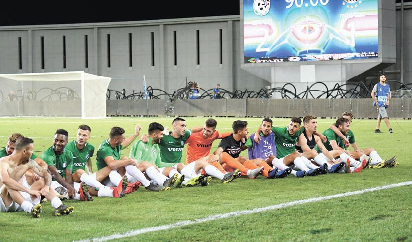 שחקני מכבי חיפה חוגגים את הזכייה במקום השני. יצחקו כל הדרך אל הבנק (צילום: צלמוס)