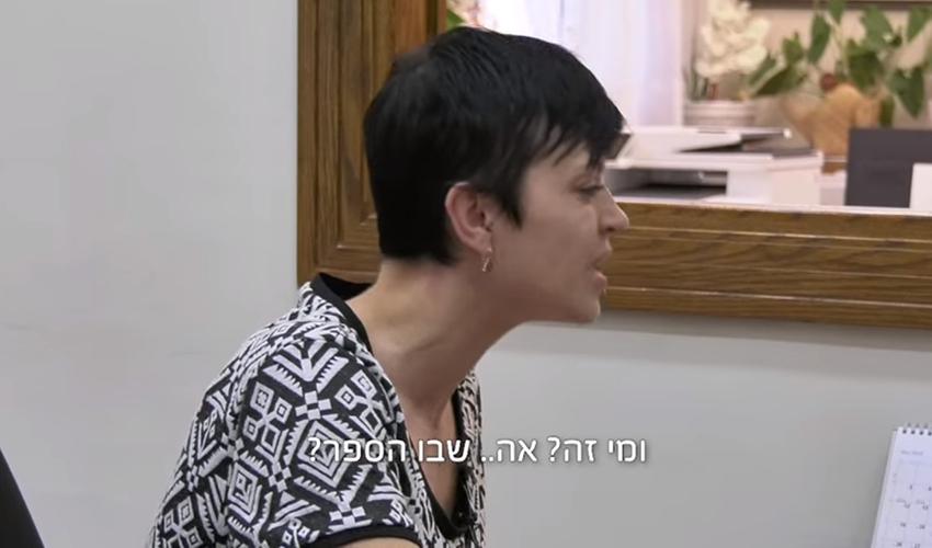 המזכירה בסרטון (צילום מתוך הסרטון של עיריית חיפה על שבוע הספר)