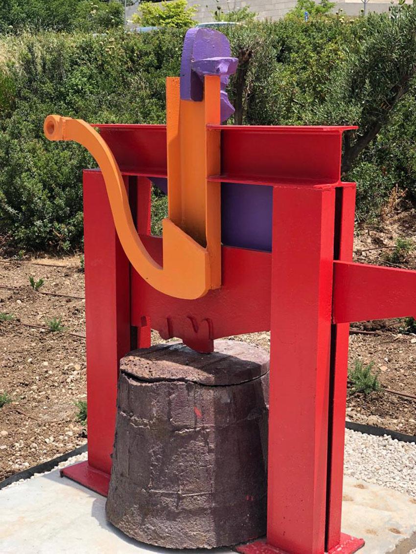 פסל של יגאל תומרקין שהוצב בגן (צילום: יונה יהב)