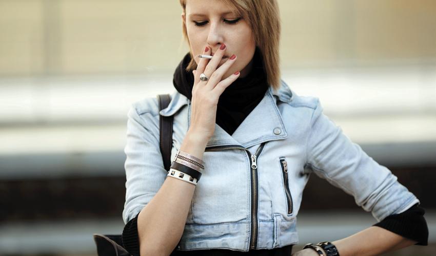 צעירה מעשנת (צילום: א.ס.א.פ קריאייטיב/INGIMAGE)