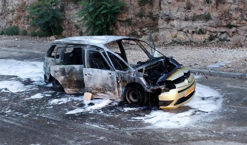 הרכב שעלה באש בנוה שאנן (צילום: אלה אהרונוב)