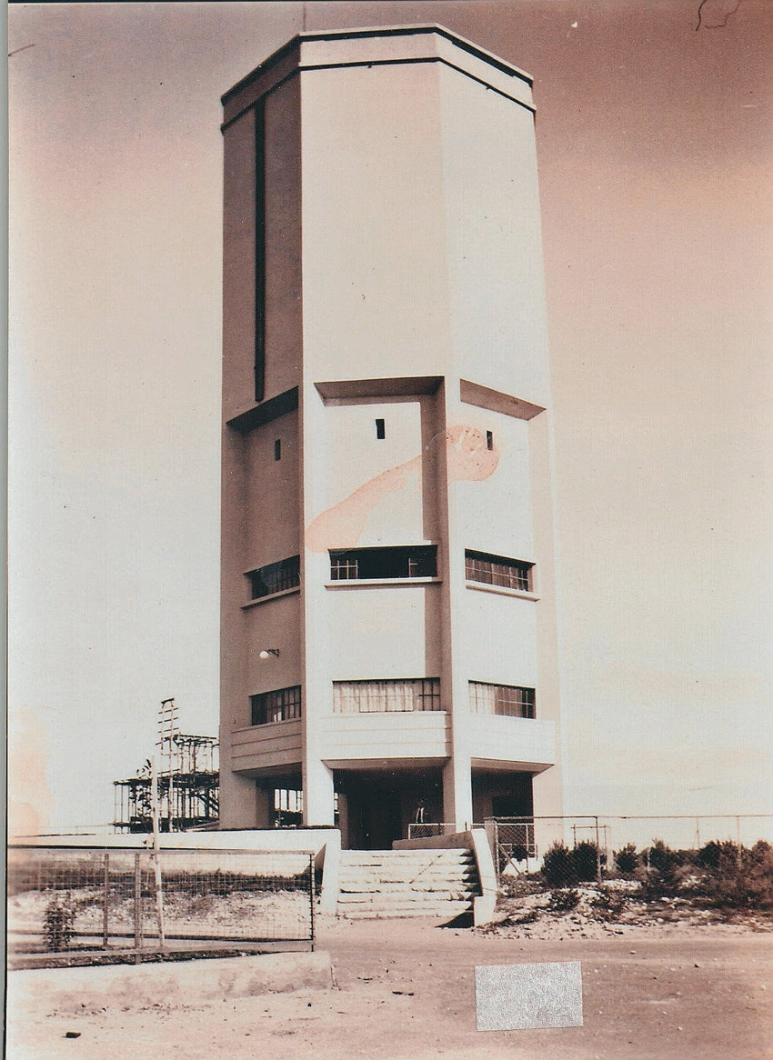 מגדל המים והפיגומים ששימשו לבנייתו, 1937 (צילום: נחמן גרבר)
