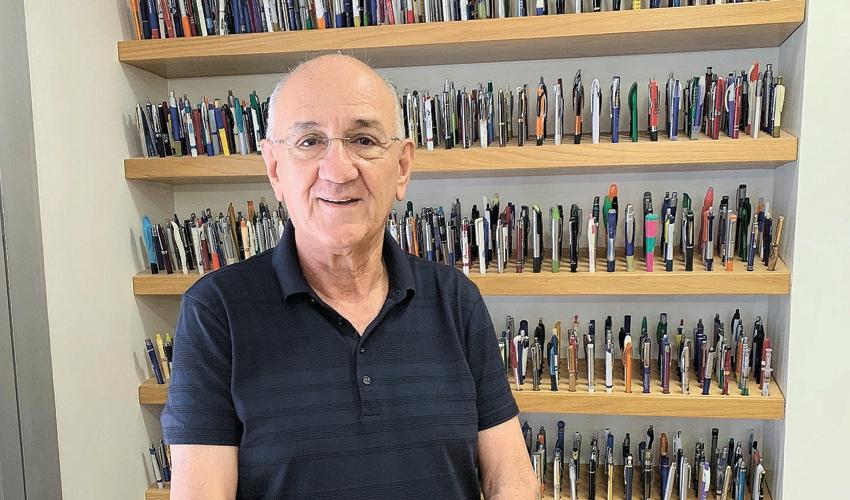 """ד""""ר אמנון רופא. """"החלטתי שזה יהיה התחביב שלי - אוסף של עטים זולים"""" (צילום: חגית הורנשטיין)"""