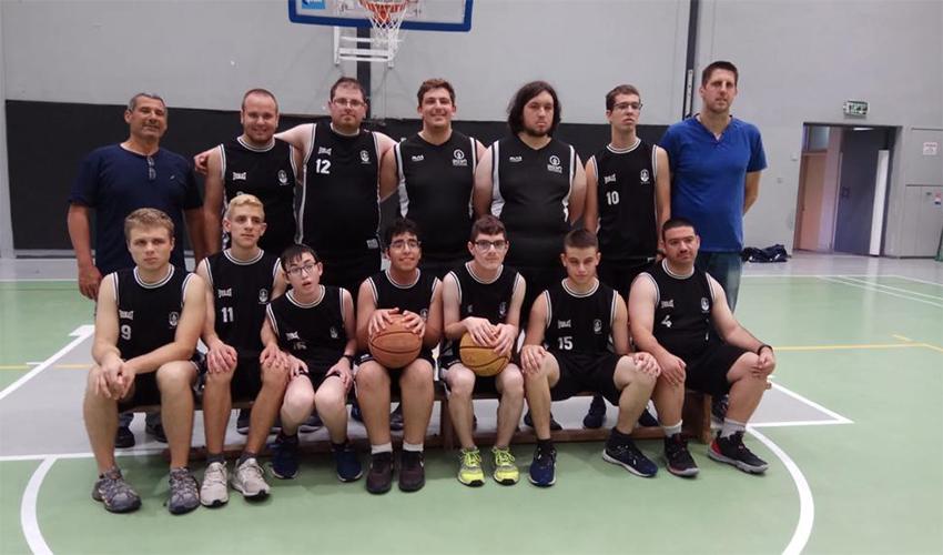 שחקני קבוצת הכדורסל של בית הספר ליאו באק (צילום: עידו לאופמן)