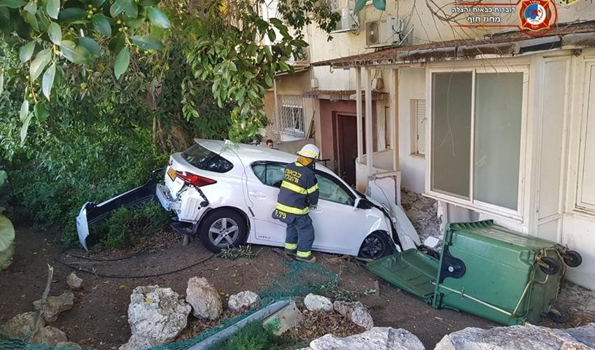 מכונית פגעה בקיר של בית בשדרות מוריה (צילום: דוברות כבאות והצלה מחוז חוף)