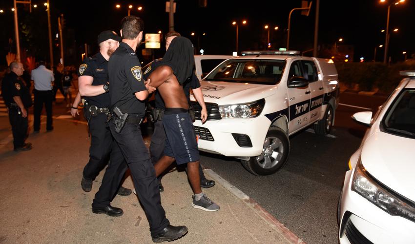 שוטרים עוצרים מפגינים ליד תחנת זבולון (צילום: רמי שלוש)