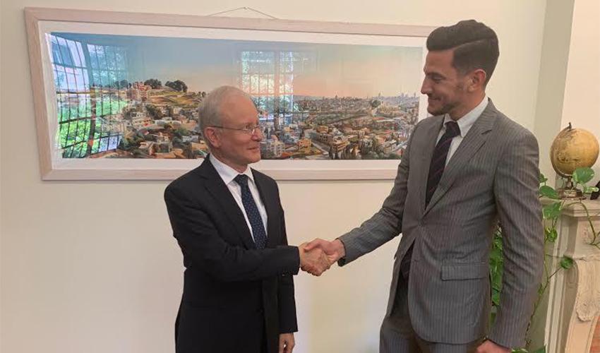 רז גרנות ושגריר ישראל לאיחוד האירופי רוני לשנו יער. מדברים פוליטיקה (צילום: יונתן רוזנצוויג)