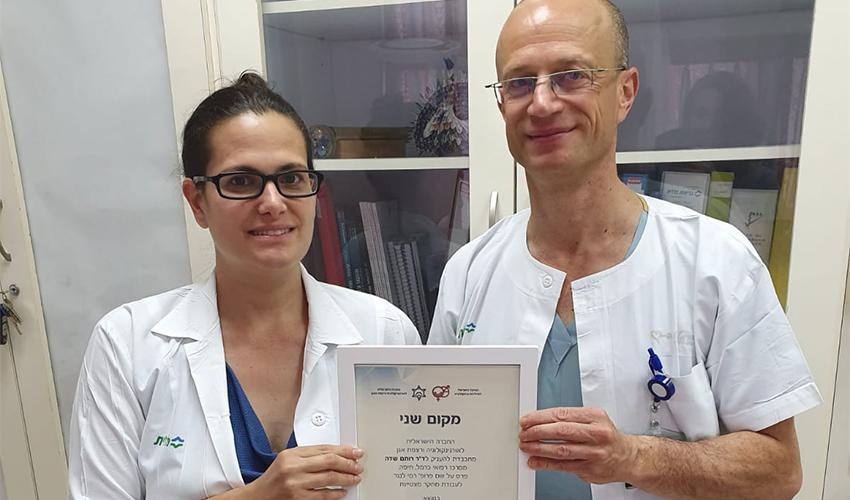 """פרופ' יורם אברהמוב וד""""ר רותם שדה עם תעודת ההצטיינות (צילום: המרכז הרפואי כרמל)"""