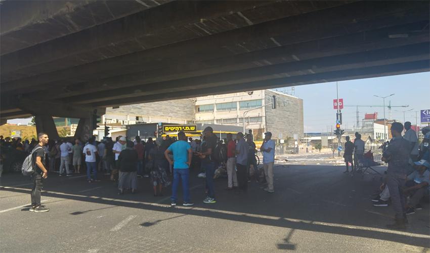 המפגינים מתחת למחלף קרית אתא (צילום: אלה אהרונוב)