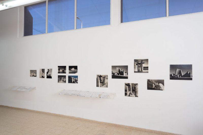"""מראה חלל התערוכה """"לפסל בניין"""" תיאטרון ירושלים, יחיאל שמי עם נדלר, נדלר, ביקסון גיל - אדריכלים. צילום: יובל חי"""