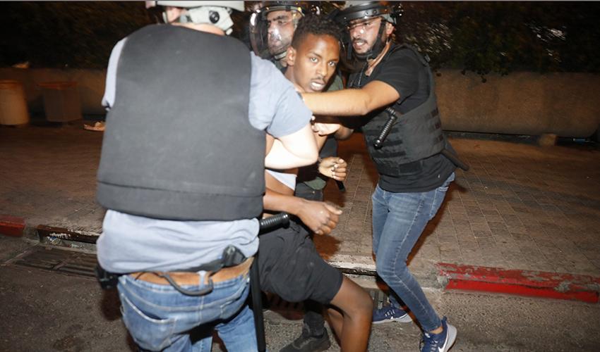 שוטרים עוצרים מפגין במהלך מחאת בני העדה האתיופית (צילום: תומר אפלבאום)