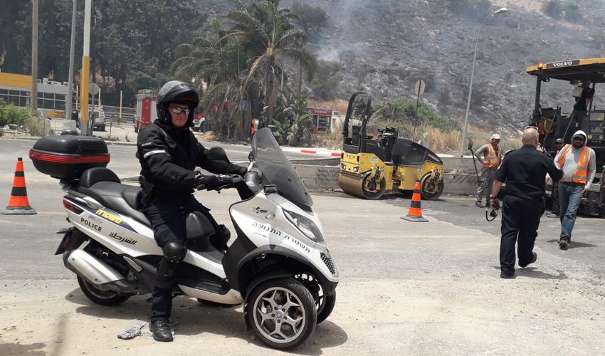 שוטרים חוסמים את התנועה בעקבות השריפה (צילום: דוברות משטרת ישראל)