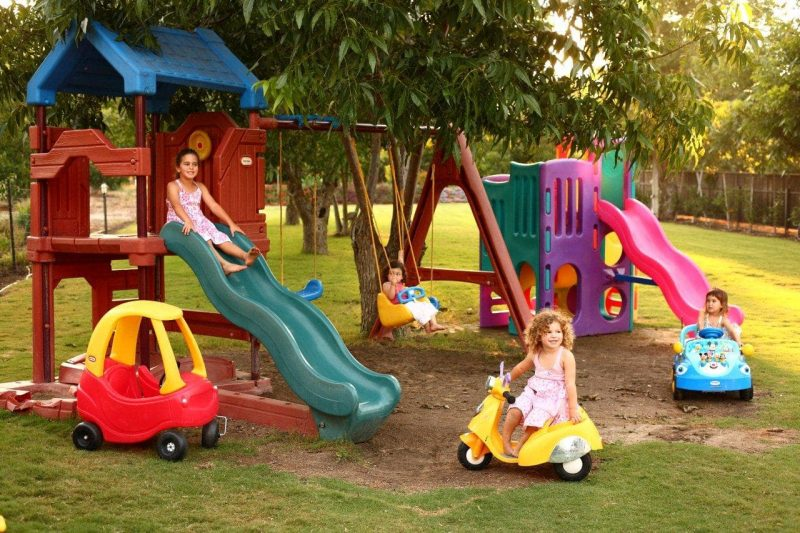 רחבת דשא עם משחקים, מושלמת לילדים. צילום: דן פרץ
