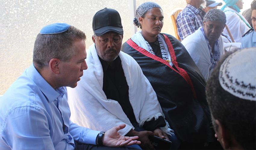 """השר לביטחון פנים גלעד ארדן עם הוריו של סלומון טקה ז""""ל"""