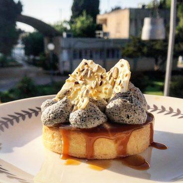 טארט קרמל, בננות ושומשום שחור. מאסט! (צילום: מאיה חסן)