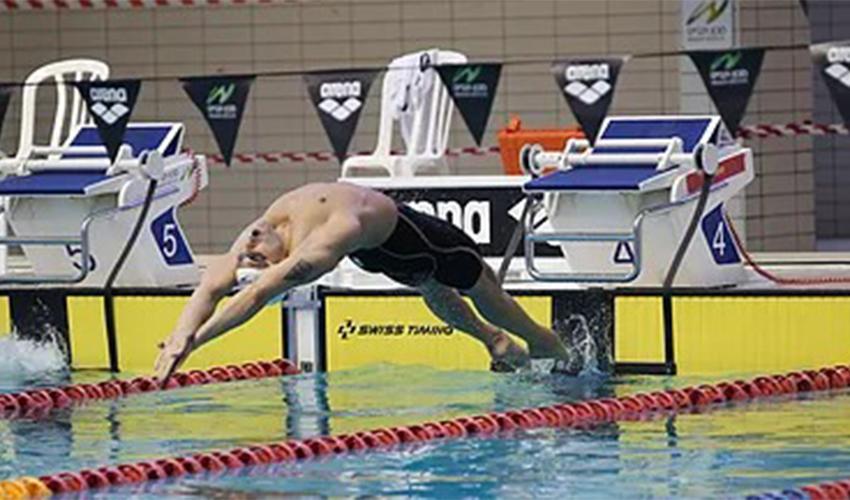 יהונתן קופלב מזנק למשחה שבו הוא קבע את הקריטריון (צילום: פטריסיה בן עזרא כרמלי, איגוד השחייה הישראלי)