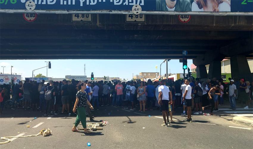 מפגינים חוסמים את צומת קרית אתא (צילום: אלה אהרונוב)