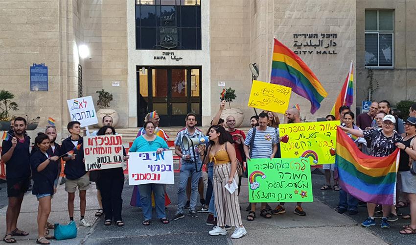חברי הקהילה הגאה מפגינים נגד עינת קליש רותם (צילום: בועז כהן)