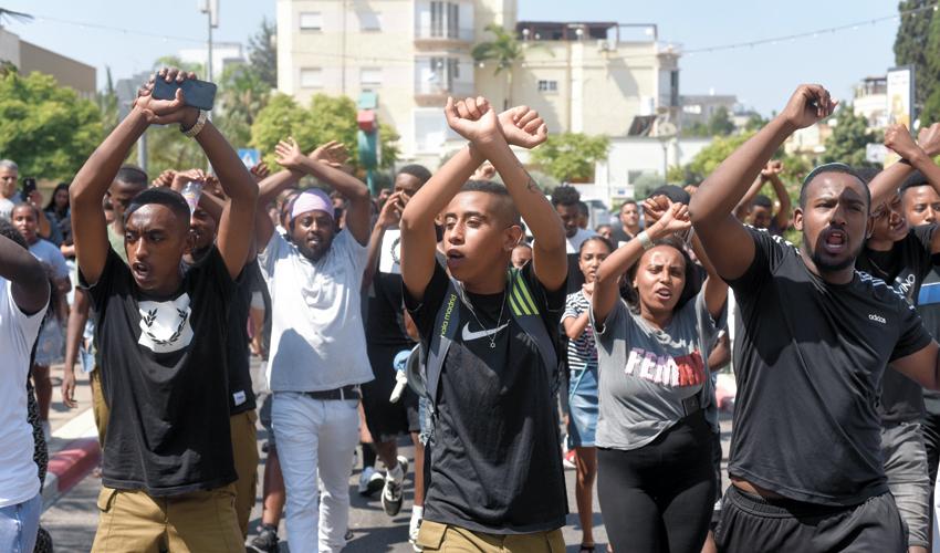 מפגינים זועמים במחאה על מותו של סלומון טקה שנורה על ידי קצין משטרה (צילום: רמי שלוש)