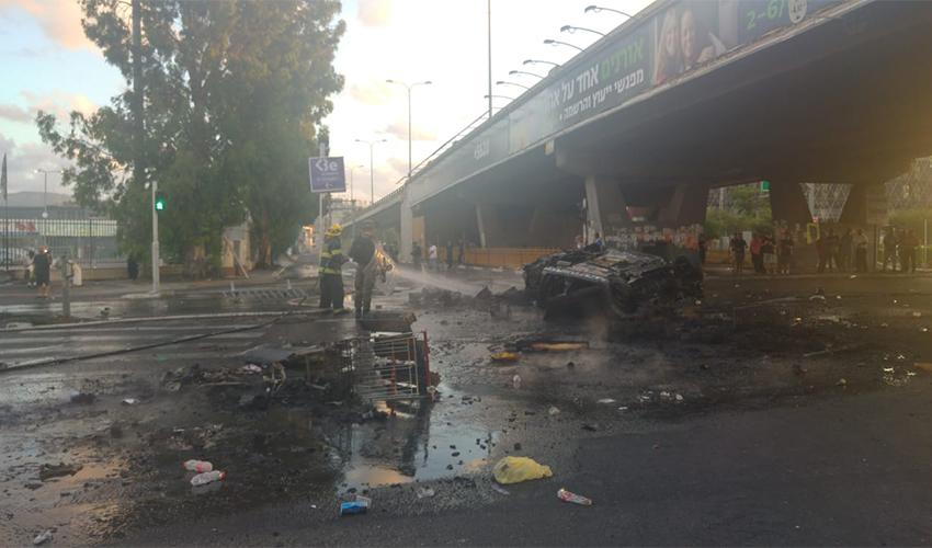 הרכב השרוף בצומת קרית אתא (צילום: אלה אהרונוב)