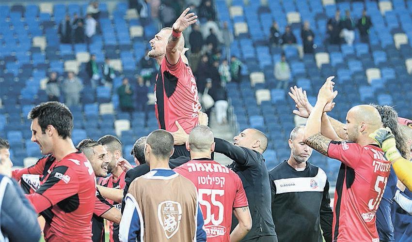 גבריאל תמאש בסיום עוד ניצחון אדום בדרבי. אהב להתעמת עם אוהדי מכבי (צילום: צלמוס)