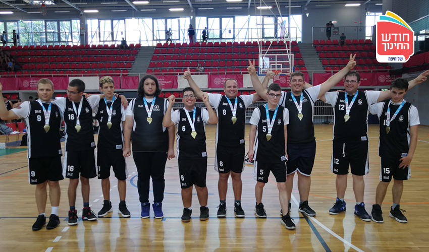 שחקני בית הספר ליאו באק עם המדליות (צילום: בית הספר ליאו באק)