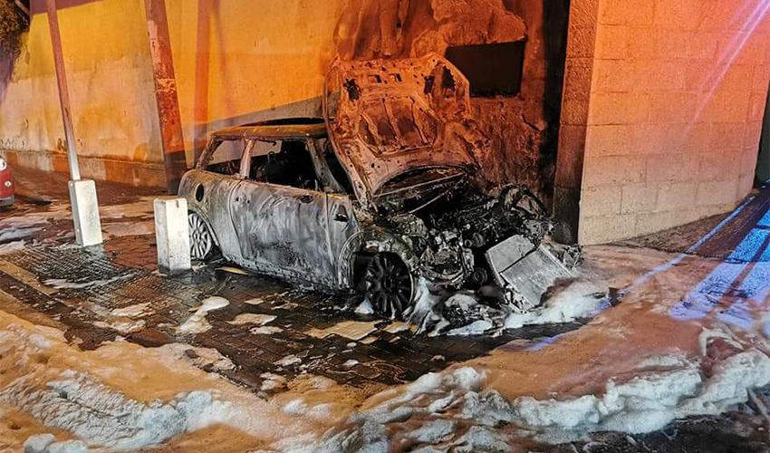 רכב שרוף ברחוב עבאס (צילום: דוברות כיבוי אש)