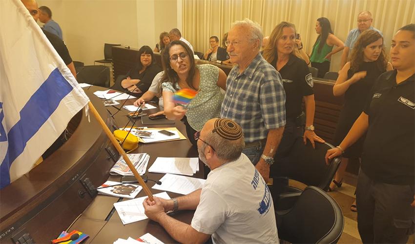 יואב רמתי ושרית גולן שטיינברג בעימות במועצת העיר (צילום: בועז כהן)