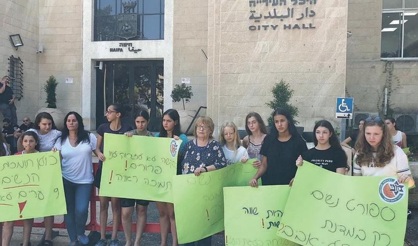 ההפגנה של כדורסלניות מכבי חיפה. דורשות יותר (צילום: אגודת מכבי חיפה)