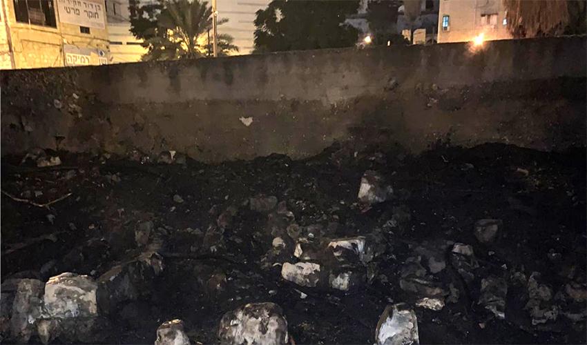 שאריות השריפה בבית הקברות בוואדי סאליב (צילום: דוברות המשטרה)