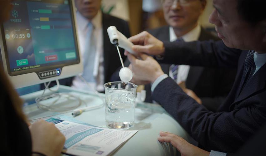 הדגמה בכנס הבין לאומי לקריוכירורגיה (צילום: סימנים הפקות)