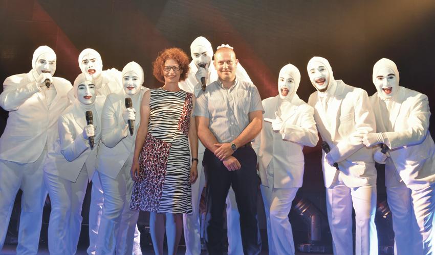 """רונן נודלמן וד""""ר לילך צולר עם חברי להקת ווקה פיפל (צילום: דוד חורש, דוברות שירותי בריאות כללית)"""