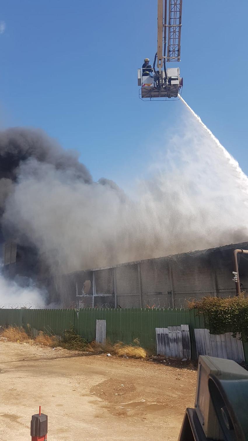 פעולות הכיבוי בשריפה במפעל שמן (צילום: דוברות שירותי הכיבוי וההצלה, מחוז חיפה)