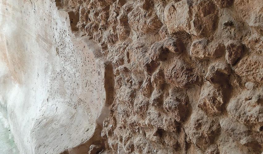 שכבות הטיח שמנעו חלחול של המים (צילום:יוסי מזור)