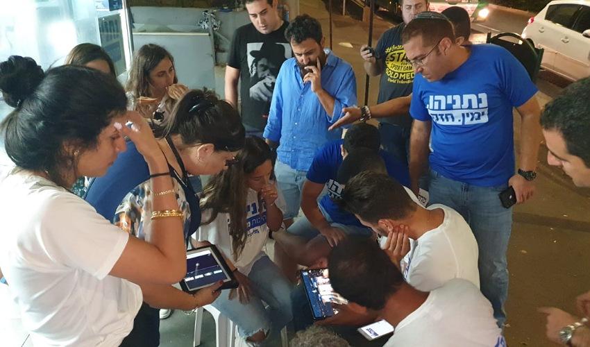 פעילי מטה הליכוד עם פרסום מדגם הבחירות (צילום: בועז כהן)